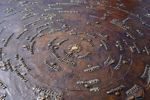 Breitenstein,informacijos lenta,atstumas lenta,bronzos plokštelė,atstumai,matomos vietos,kompaso taškas,koncentrinis,atstumo matavimas,atstumo skalė,skalė,apskritas,apie,swabian alb,nurodyta vieta,vietos,miestai,kalnai,bronza,bronzos amatai,bronzos menas,kalvystė,bronza,bronzos liejimo darbai
