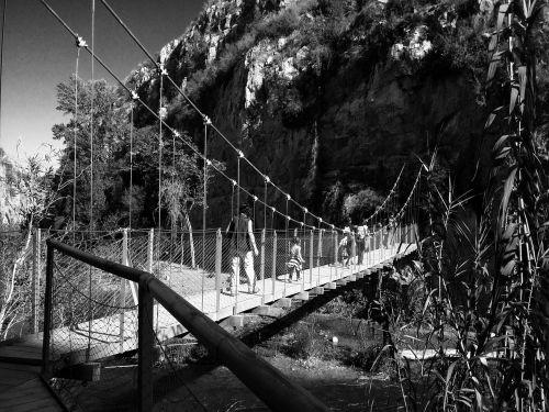tiltas,upė,pakabukas,vartai,kraštovaizdis,kalnas,juoda ir balta,slėnis,natūralus kanjonas,vanduo,gamta,natūralus vanduo,medžiai,kalnai,natūralus,miškai,miškas
