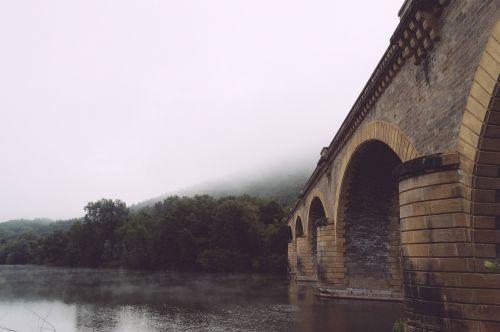 tiltas,istorinis,arkos,upė,perėjimas,akmuo,orientyras,architektūra,vanduo,pastatas,infrastruktūra,lietingą,oras,struktūra