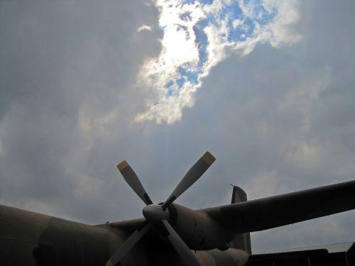 orlaivis, fiksuotas & nbsp, sparnas, eksponatas, dangus, debesis, atotrūkis, šviesa, šviesus, šviesus debesis virš statinio orlaivio