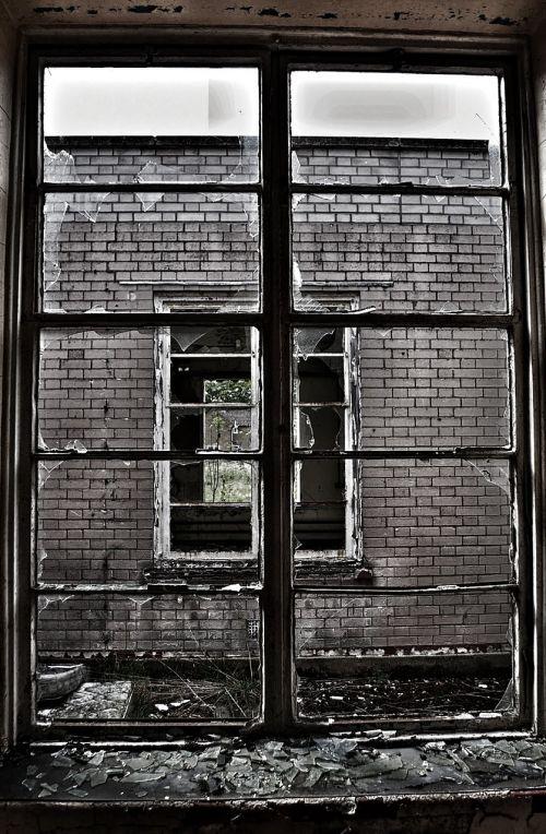 skaldytuvas,stiklas,rėmas,langas,sunaikintas,senas,pažeista,dužęs stiklas,architektūra,nusikalstamumas,siena,avarija,purvinas,paliktas,suskaidytas,pertrauka,aštrus,susmulkintas stiklas,sugadintas,krekingo,sunaikinimas,vandalizmas,nugriauti