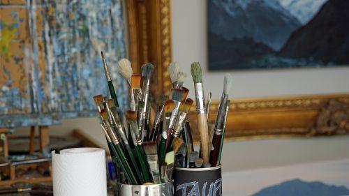 šepetys,ateljė,dažymas,tapybos studija,dažyti,natiurmortas,šeriai,dažų teptuku