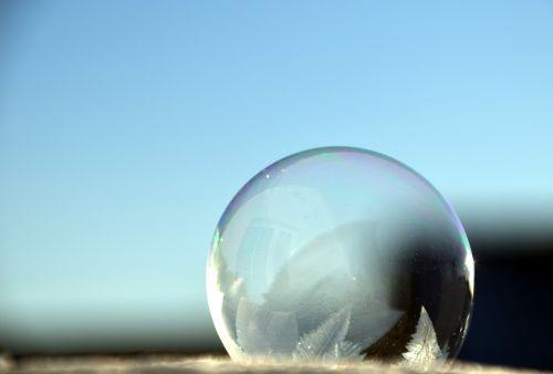 burbulas,muilo burbulas,vaivorykštinis,spalvinga,vanduo,modelis,rutuliai,atspindys,ledas,fonas,struktūra,mirgėjimas,žiema,užšalęs burbulas,matinis burbulas,dangus,mėlynas