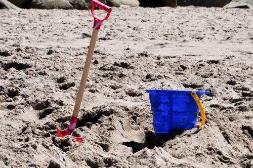 žaislas, žaisti, kibiras, mėlynas, kastuvas, vaikas, vaikai, žaislai, vasara, atostogos, kibiras ir kastuvas smėlyje