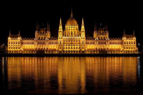 budapest,vengrija,parlamentas,pastatas,rūmai,architektūra,upė,ežeras,vanduo,apmąstymai,spiers,naktis,vakaras,dangus,kranto linija,žibintai,apšvietimas,gražus,lauke,Vengrijos parlamentas,auksinis,Nacionalinė asamblėja,vengrų nacionalinė asamblėja,teisėkūros kūrimas,orientyras,populiarus,Turistų kelionės tikslas,Kelionės tikslas,lajos kossuth aikštė,Danube,didelis