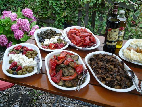 bufetas,salotų bufetas,salotos,alyvuogės,paprika,fetos sūris,grybai,sūris,actas,aliejus,Įdėti,įterpta,starteris