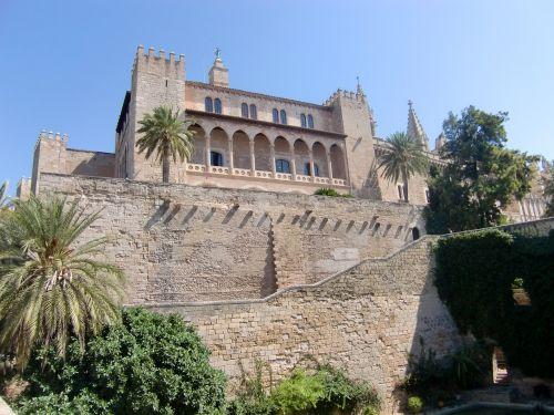 pastatas,arcade,langas,architektūra,arkos,ramstis,stuetztpfeiler,fasadas,istoriškai,dangus,Ispanija,Maljorka,rūmai,karaliaus namas