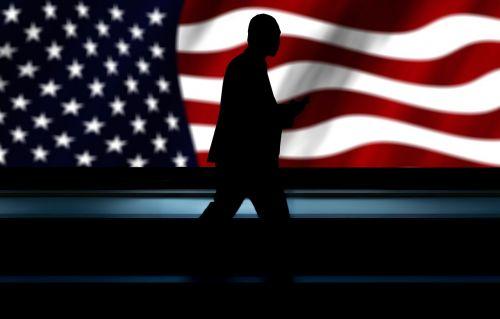 verslininkas,usa,Mobilusis telefonas,Bėgimo takelis,platforma,vyras,vėliava,smūgis,vėjas,plazdėjimas,personažai,amerikietis,reklama,žvaigždė,juostelės,raudona,balta