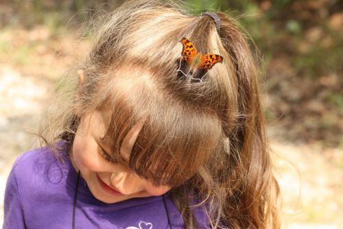 žmonės, asmuo, vaikas, mielas & nbsp, vaikas, vaikas & nbsp, šypsosi, maža & nbsp, mergina, šypsosi & nbsp, mergina, gamta, laukinė gamta, gyvūnai, vabzdžiai, drugelis, klausimas & nbsp, ženklas & nbsp, drugelis, sėdi, vaiko & nbsp, galva, vaiko plaukai, drugelis ant vaiko galvos