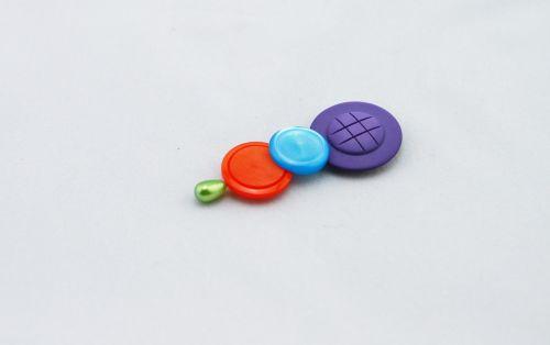 mygtukai,spalvinga,mygtukai ant skrybėlių,purpurinis mygtukas,mėlynas mygtukas,oranžinis mygtukas,skrybėlė,žalią skrybėlę,spalva,trys