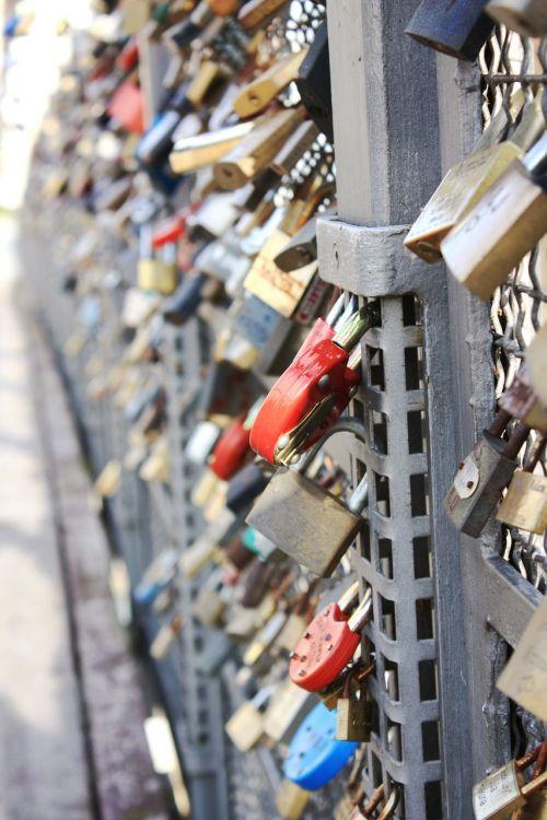 pagal wlodek,pilis,metalas,uždaryta,metalinis,sidabras,rūdys,tiltas,senas tiltas,miestas,architektūra,tilto mėgėjai,parkas,meilė,simboliai,romantizmas,širdis,romantiškas,pilies meilė,graviūrų,amžina meilė,amžinybė,Bydgoszcz,meilės spynos,jauna meilė