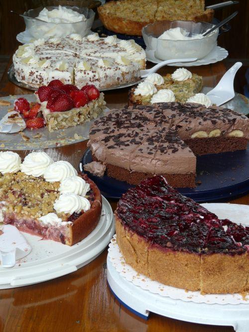 tortas su bufetu,tortas,bufetas,desertas,pyragas,bananų pyragas,Braškių pyragas,ananasų pyragas,slyvų pyragas