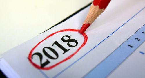 kalendorius,2018,metai,metų ruožas,numeris,metinės finansinės ataskaitos,Naujųjų metų diena,Naujųjų metų vakaras,biuras,knygų kalendorius,Naujieji metai,ženklas,rašiklis,raudonasis rašiklis,metų pradžia,biurokratija,pradėti