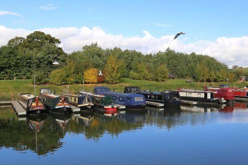 kanalo valtis,ilga valtis,valtis,kanalas,Britanijos vandens keliai,marina,vanduo,siauras laivas,namo valtis