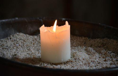 žvakė,liepsna,šviesa,senoji bažnyčia,bažnyčia,vaškas,maldos,religija,dvasinė šviesa