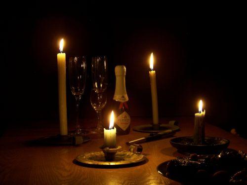 žvakės,šampanas,akiniai,švesti