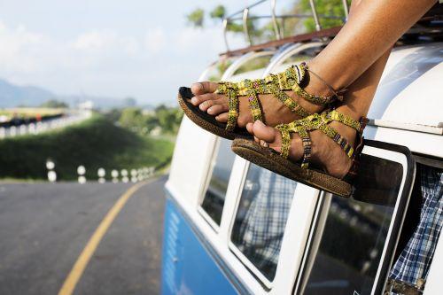 automobilis,pėdos,lauke,pora,kelias,kelionė,sandalai,avalynė,sėdi,viršuje,gabenimas,kelionė,kelionė,van,transporto priemonė,vaiduoklis