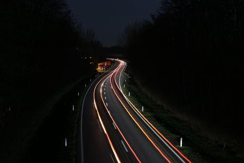 automobilių gatvė,greitkelis,federalinė gatvė,automobilis naktį,naktinis vairuotojas,lenktynes