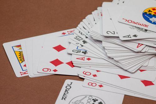 kortų žaidimas,kortelės,Žaidžiu kortomis,širdis,pokeris,žaisti,rummy card,dešimt,rummy,pik,žiūrėti,serijos,seka,pokerio veidas,deimantai,karalius,kirsti,ace,trumpas,karūna,įsakymas,azartiniai lošimai,žaidimų priklausomybė,priklausomybe,kazino,žaidimų bankas,pelnas,laimėti,žaidimų stalas