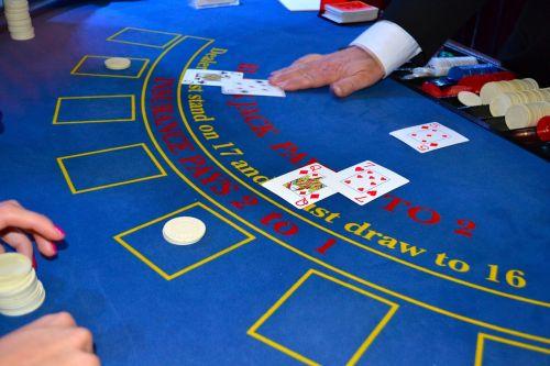 kortelės,prekiautojas,juodos dėžutės,kazino,bet,sėkmė,Blackjack,kroupjė,lustai,žaidimas,stalas,azartiniai lošimai,sėkmė,lošti,žaisti,turtas,rizika,nugalėtojas,pinigai,laimėti,vegas