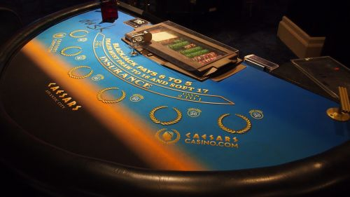 kazino,lustai,pokerio veidas,azartiniai lošimai,pokeris,pelnas,kubo stalas,ruletė,priklausomybe,žaidimų stalas,pramogos,žaidimų bankas,žaisti