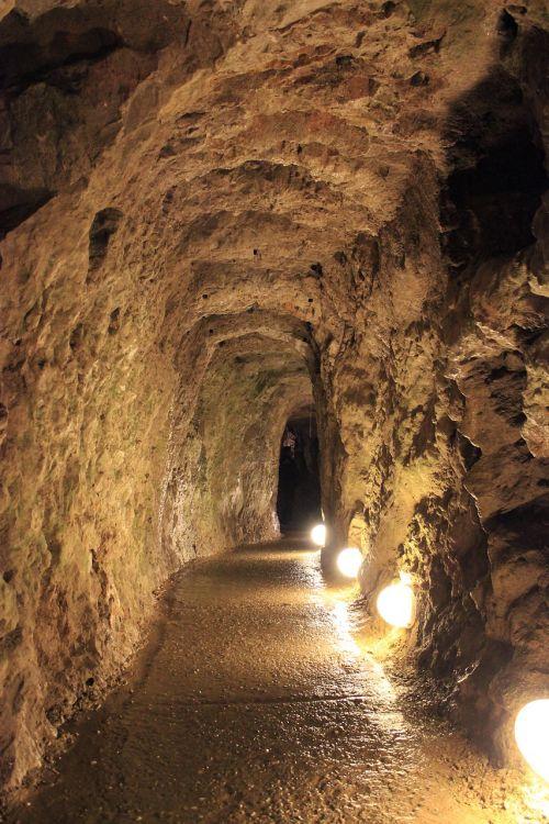 urvas,creepy,senovės,tamsi,šviesa,senas,baugus,siaubas,mirtis,siena,baimė,istorija,baisu,Serbija,resava urvas,Senovinis,akmuo,stalaktitai,stalagmitai,stalagmitas,Rokas,kelionė,geologija,gamta,speleologija,po žeme,natūralus,turizmas,mineralinis,tunelis,turistinis,pritraukimas,geologinis,žemė,nuotykis