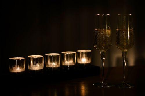 šampanas,Naujieji metai,vakarėlis,gerti,skrudinta duona,stiklas,auksinis,linksma,malonus,švelnus,specialiai,gerti,jubiliejus,jubiliejaus šventė,valstybinė šventė,šventė,šventė,švęsti,šventinis,šventė,šventė,šurprizas,paminklas,minėjimas,Kalėdos,alkoholis,likeris,kristalas,galimybė,sveikinu,pasveikinti,Vestuvės,vestuves,vestuvių ceremonija,romantiškas,valentine,fizz,gurgle,bluster,Ačiū,Pande,santé,Švęsti,laimingas,metai,žvakė,žvakių šviesa,žvakės,vazinis,arbatos žvakės
