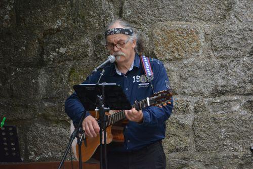 dainininkė, gitaristas, muzikantas, menininkas, vyras, charakteris, muzika, koncertas, gitaristo dainininkė