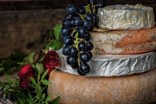 sūris,vynuogės,vaisiai,maistas,pieno,raudona,skanus,asortimentas,šviežias,sveikas,rožė,gėlės,natūralus,šviežias maistas,šviežias vaisius,saldus,Sveikas maistas,pienas,žalias,uogos