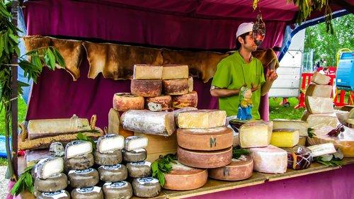 sūris, Ožkos sūris, manchego sūris, sūris buivolus, Mėlynasis sūris, Ispanijos sūris, sūris tortosino, pardavimas sūrių, pardavėjas, prekybininkas, Fira, šviesus, turgus