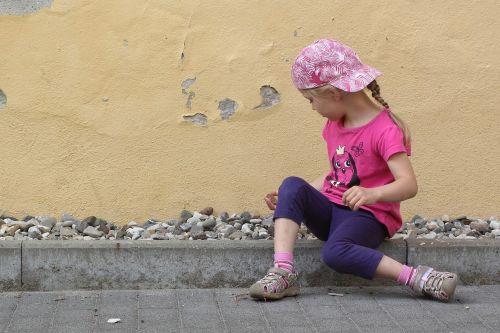 vaikas,mergaitė,žaisti,žaisti lauke,akmenys