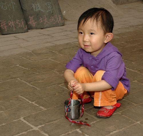 vaikas,Kinija,prisirišęs