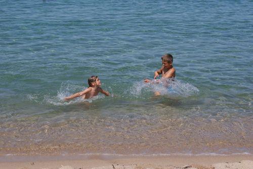 vaikas,linksma,maudytis,šventė,šeima,vaikystę,žaisti,juokinga,papludimys,saulėtas,žaisti