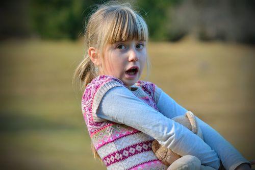 vaikas,mergaitė,veidas,blondinė,išgąsdinti