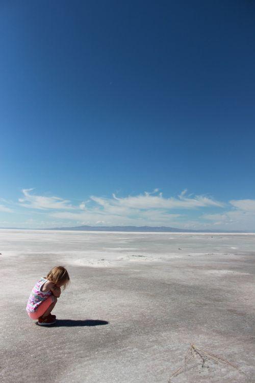vaikas,dykuma,druska,butas,vienišas,mėlynas,dangus,karštas,kraštovaizdis,vasara
