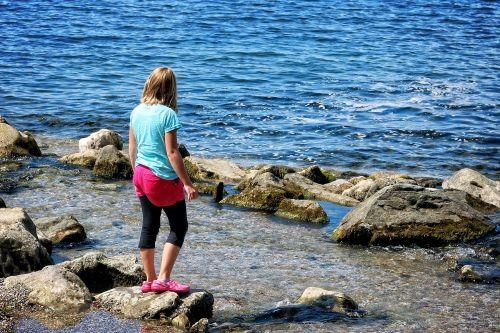 vaikas,mergaitė,asmuo,vienas,atskirai,vanduo,gamta,stendai,atrodo,šventė,laisvalaikis,ežeras,upė,jaunimas,vaikystę,ilgesys,vandenys,emocija
