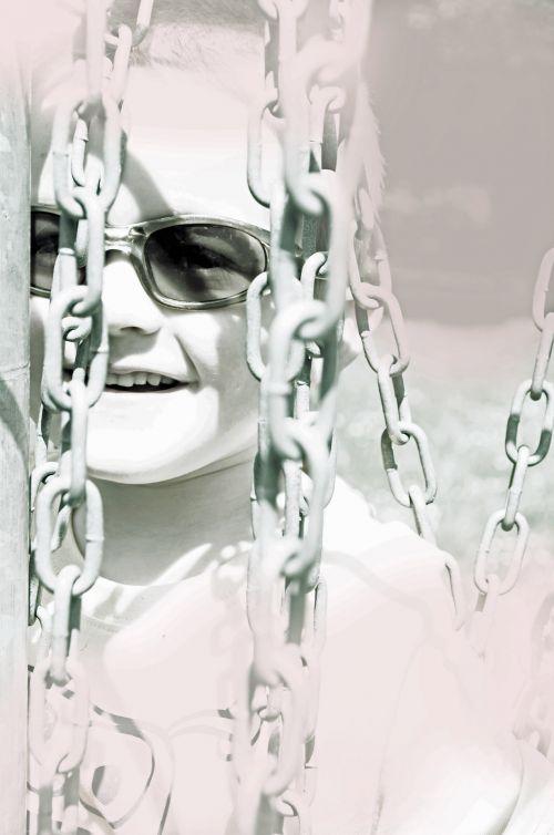 Grandinės,  Vaikas,  Portretas,  Žmonės,  Balta,  Poveikis,  Šypsena,  Akiniai,  Vaikinas,  Berniukas,  Fonas,  Tinklelis,  Grandinė,  Šviesa,  Perspektyva,  Džiaugsmas,  Vaikas Ir Grandinės