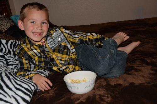 užkandis, maistas, saldainiai, kukurūzai, vaikas, vaiko berniukas veiduko veido užkandis