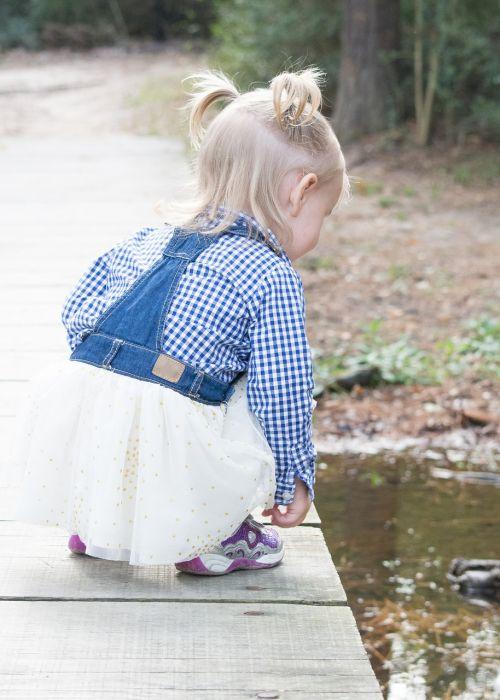 vaiko atradimas,vaikas ant tilto,tiltas,lauke,dukra,mergaitė,kiaulių uodegos,atradimas