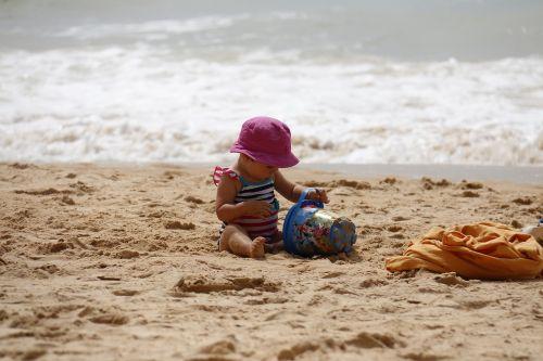 vaikas žaidžia,papludimys,kibiras,smėlis,vaikai,žaisti,žaisti,atostogos,vaiko džiaugsmas,vaikas,žaisti smėlyje