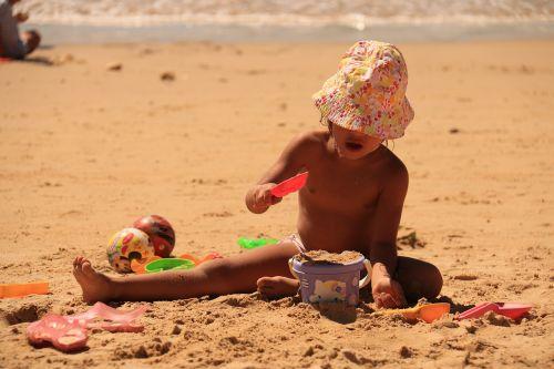 vaikas žaidžia,smėlis,papludimys,vaiko džiaugsmas,atostogos,mar,žaisti smėlyje,žaisti,žaisti,vaikas,vaikai žaidžia,vaikas,vasara,vandenynas,costa,ramybė,beira mar,kibiras,Litoral,linksmintis,vaikai