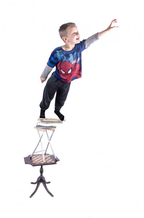 pasiekti, aukštyn, vaikas, vaikas, izoliuotas, žmogus, koncentruotas, balta, išraiška, nekaltumas, žmonės, jaunas, viltis, troškimas, nustebintas, asmuo, aukščiau, mielas, atidus, žiūri, hodan, fonas, bandyti, vaikas bando pasiekti