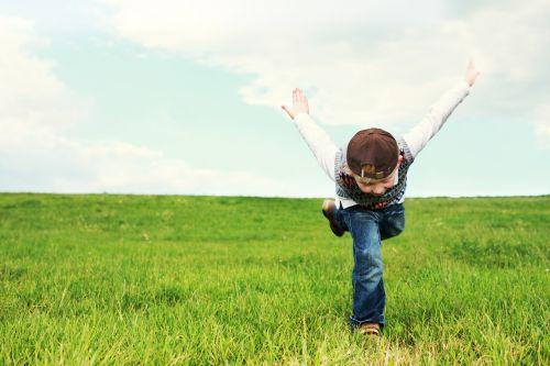 vaikystę,vaikas,skrydis,Laisvas,sėkmė,skrajutė,vaikai,žaisti,gamta,out,linksma,blondinė,vasara,jaunas,laisvalaikis,žaisti vaiką,pieva,saulė,gyvenimo džiaugsmas,juokinga,Saunus,džinsai,džiaugsmas,juoktis,veidas,laimingas,šypsenėlė,gera nuotaika,jausmai,entuziazmas,nuotaika,koncepcija,malonumas,frohsinn,šypsena,linksma nuotaika,pasitenkinimas,linksma nuotaika,linksmas,sveikinimai