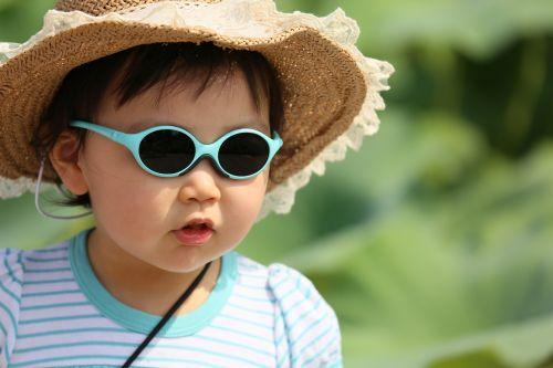 vaikai,vaikai žaidžia,vaikai,berniukas,akiniai nuo saulės,veido,vasara,dangtelis,saulės šviesa,lauke,mielas,lūpos,Korėjos vaikai,išraiška