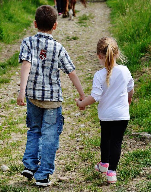 vaikai,ranka rankon,mielas,paimti ranką,mergaitė,berniukas