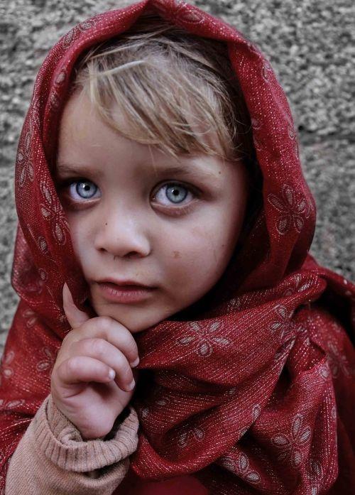 mėlynos akys,vaikas,mergaitė,portretas,skara,gatvė,veidas,šviesūs plaukai,gražus,alėjos