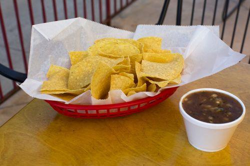 lustas,dip,maistas,meksikietis,raudonas krepšys,medinis stalas