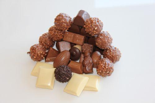 šokoladas,baltas šokoladas,rudas šokoladas,saldainiai,saldainiai,saldainių parduotuvių rutuliai,prekinis ženklas,saldumas,šokolado praline,Juodasis šokoladas,maistas,saldus,balta