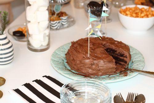 Šokoladas,  Tortas,  Zefyrai,  Stiklas,  Stalo Įrankiai,  Tortas Serveris,  Vimpeliai,  Stiklo Dubuo,  Vazos