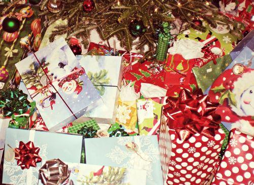 Kalėdų dovanos,Kalėdinės dovanos,Kalėdos,šventė,raudona,dovanos,xmas,šventė,apdaila,dėžė,žiema,suvynioti,ornamentas,švesti,dovanos,spalvinga,popierius,šventinis,blizgantis,medis,duoti